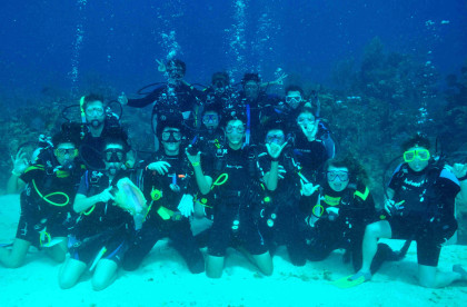 Winter 2017 Coral Reef Program - group of students scuba diving and posing